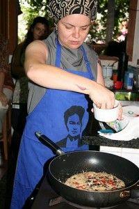 Letícia preparando um cuscuz marroquino.