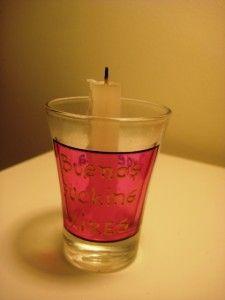 Castiçal improvisado com copo de tequila