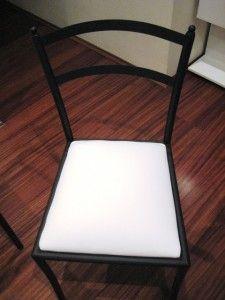 Dicas de decoração: cadeira preta com assento de courino branco