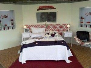 Decoração de quarto de casal com piso de madeira em branco, vinho e roxo