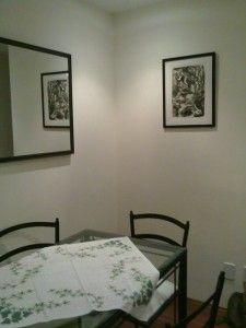 Quadro em preto e branco na sala de jantar