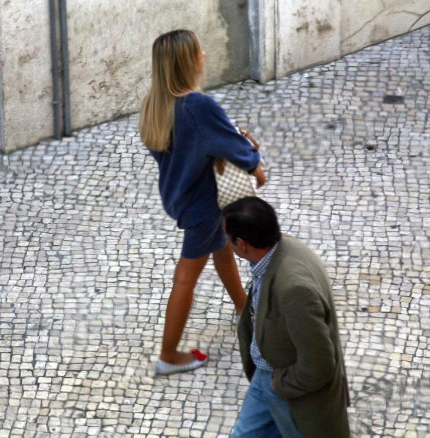 Tradicional virada de pescoço pra checar a bunda da mulher