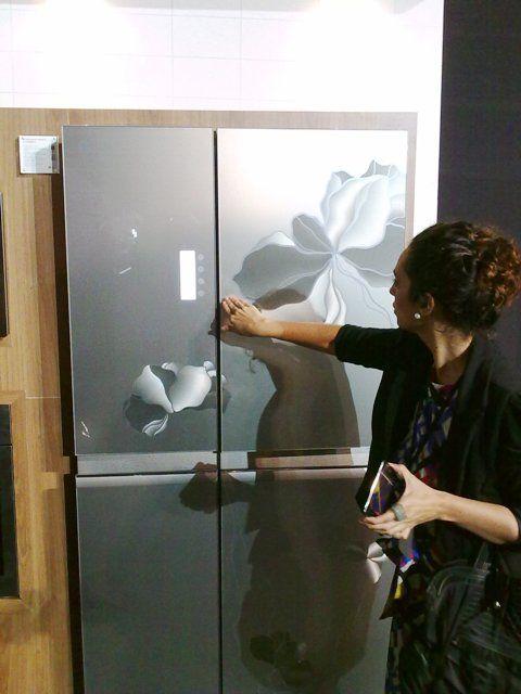Geladeira de duas portas de aço escovado com estampa de flor da LG (Pioneer)