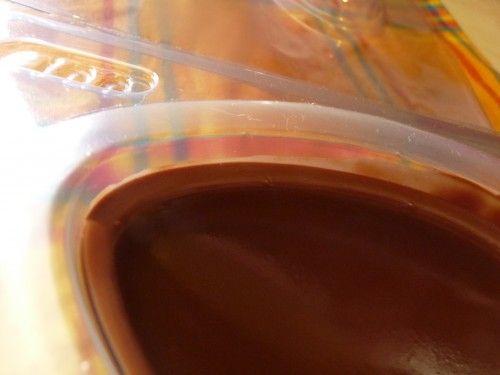 Colocando o chocolate derretido na forma de ovo de páscoa