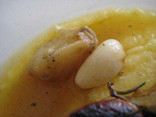 Frango assado com polenta: detalhe de alho assado