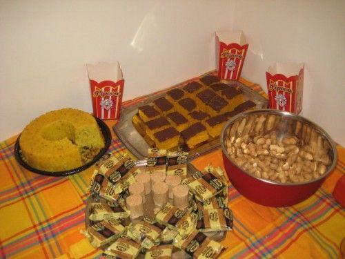 Mesa com comidas típicas de festa junina