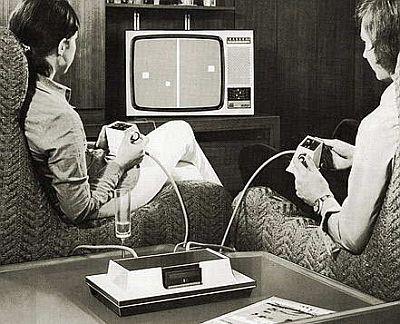 Casal jogando videogame no atari