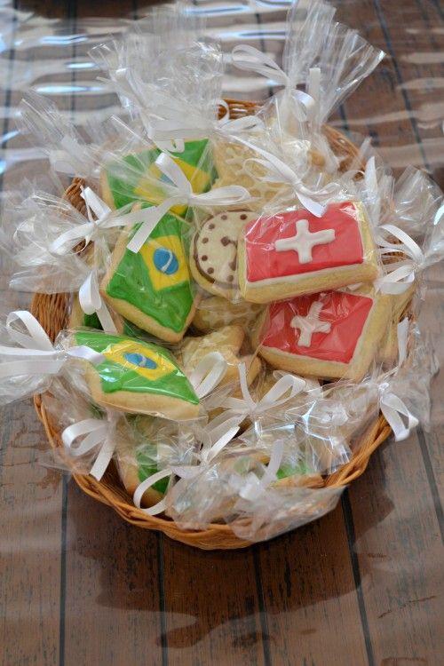 Biscoitos decorados com bandeiras do Brasil e da Suíça feitos por Glaucia Lombardi.