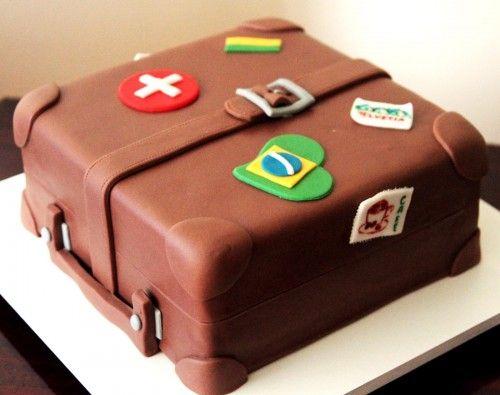 Bolo decorado em forma de mala de viagem. Nena Chocolates.