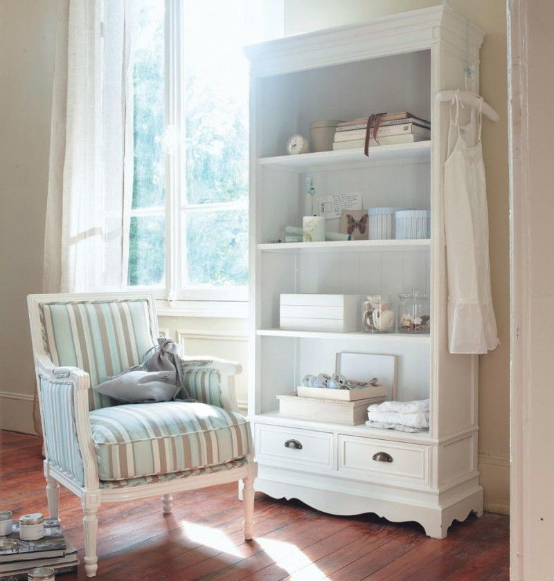Decoração do quarto: espaço para vestir com poltrona e estante. Foto: Maison du Monde.