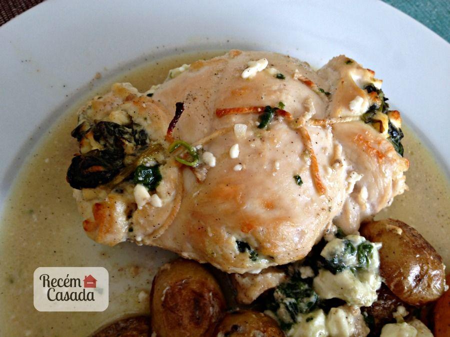 Receita de peito de frango com recheio de queijo feta e espinafre. Foto e receita: www.cintiacosta.com
