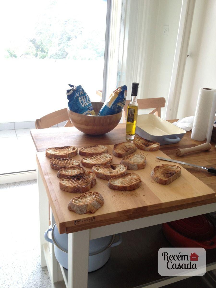 Cozinha iluminada e mesa com torradas e chips.