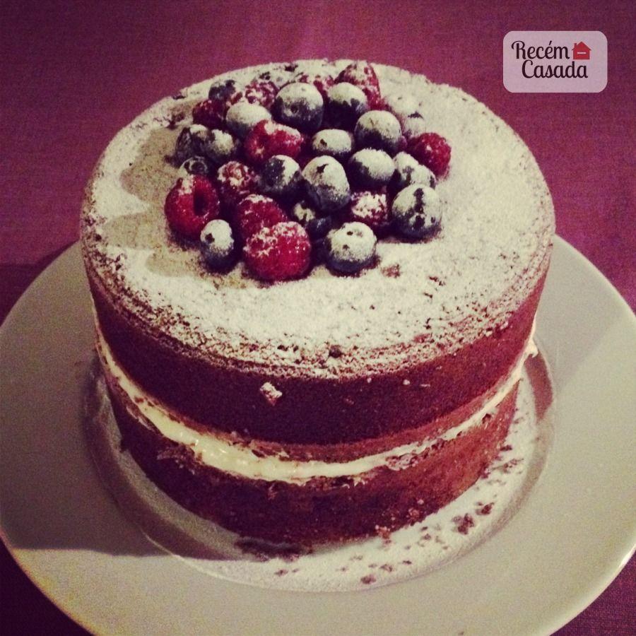 Receita de naked cake com bolo de chocolate e frutas vermelhas. Foto