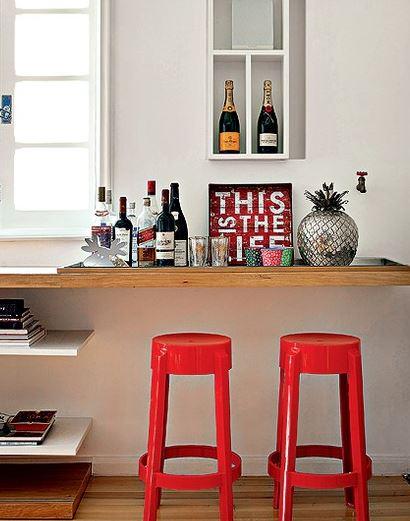 Decoração: bar em casa com estante  banquetas.