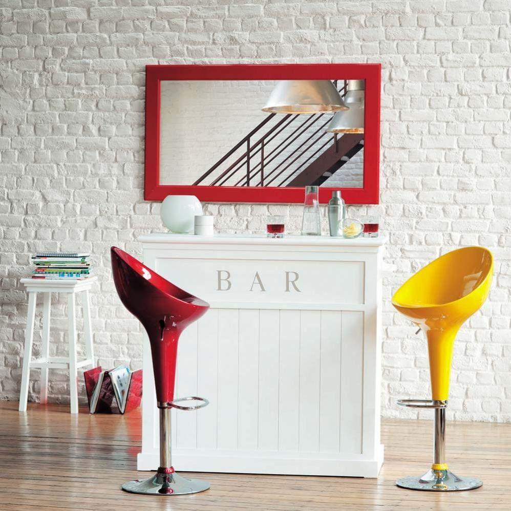Decoração: bar branco com banquetas vermelha e amarela, e espelho atrás. Foto: Maison du Monde.