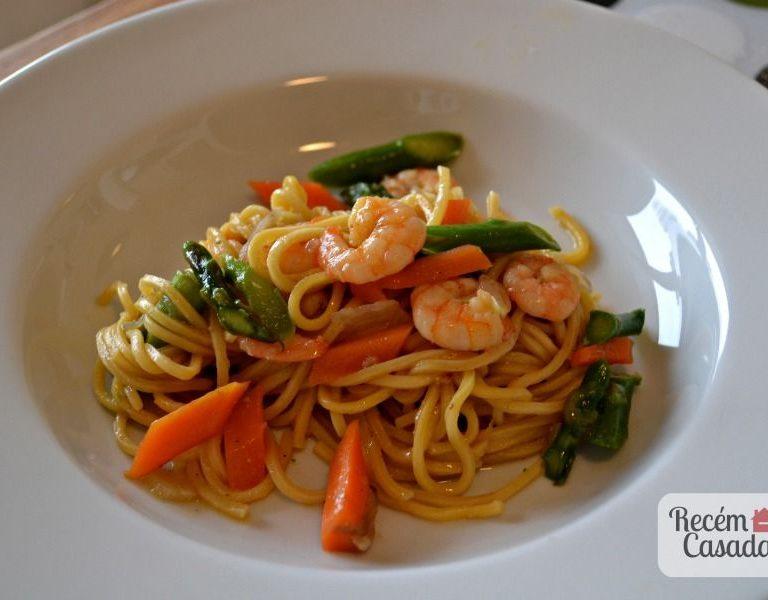 Macarrão oriental agridoce com camarões e legumes