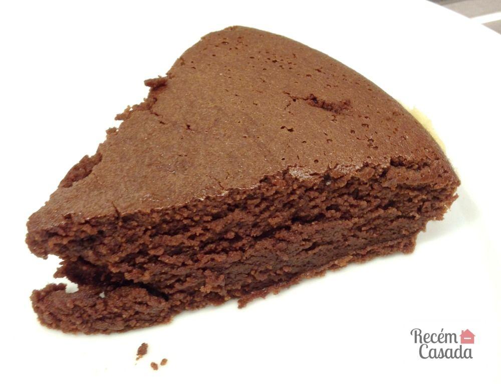 """Bolo de chocolate cremoso tipo """"moelleux"""" ou """"fondant au chocolat"""". Foto: blog Recém-Casada (www.cintiacosta.com)."""