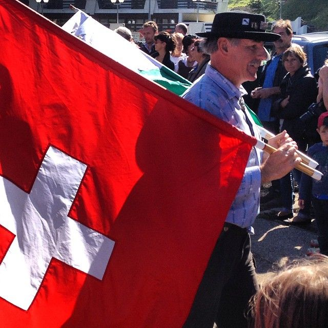 Fazendeiro dos Alpes carregando bandeira da Suíça. Foto: www.cintiacosta.com