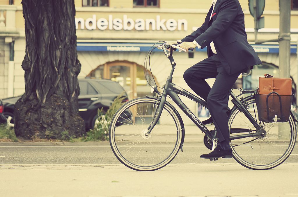 Bike to work: executivo pedalando de terno. Foto: chuddlesworth no Flickr.