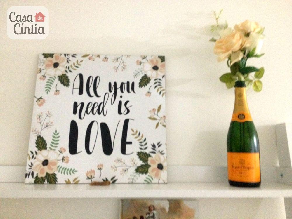 Decoração de escritório em casa: quadro All You Need Is Love e garrafa de Veuve Clicquot como vaso de flores. Foto: blog Casa da Cíntia.