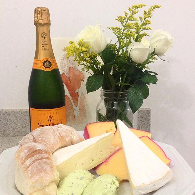 Tábua de queijos com champagne e rosas brancas. Foto: blog Casa da Cíntia.