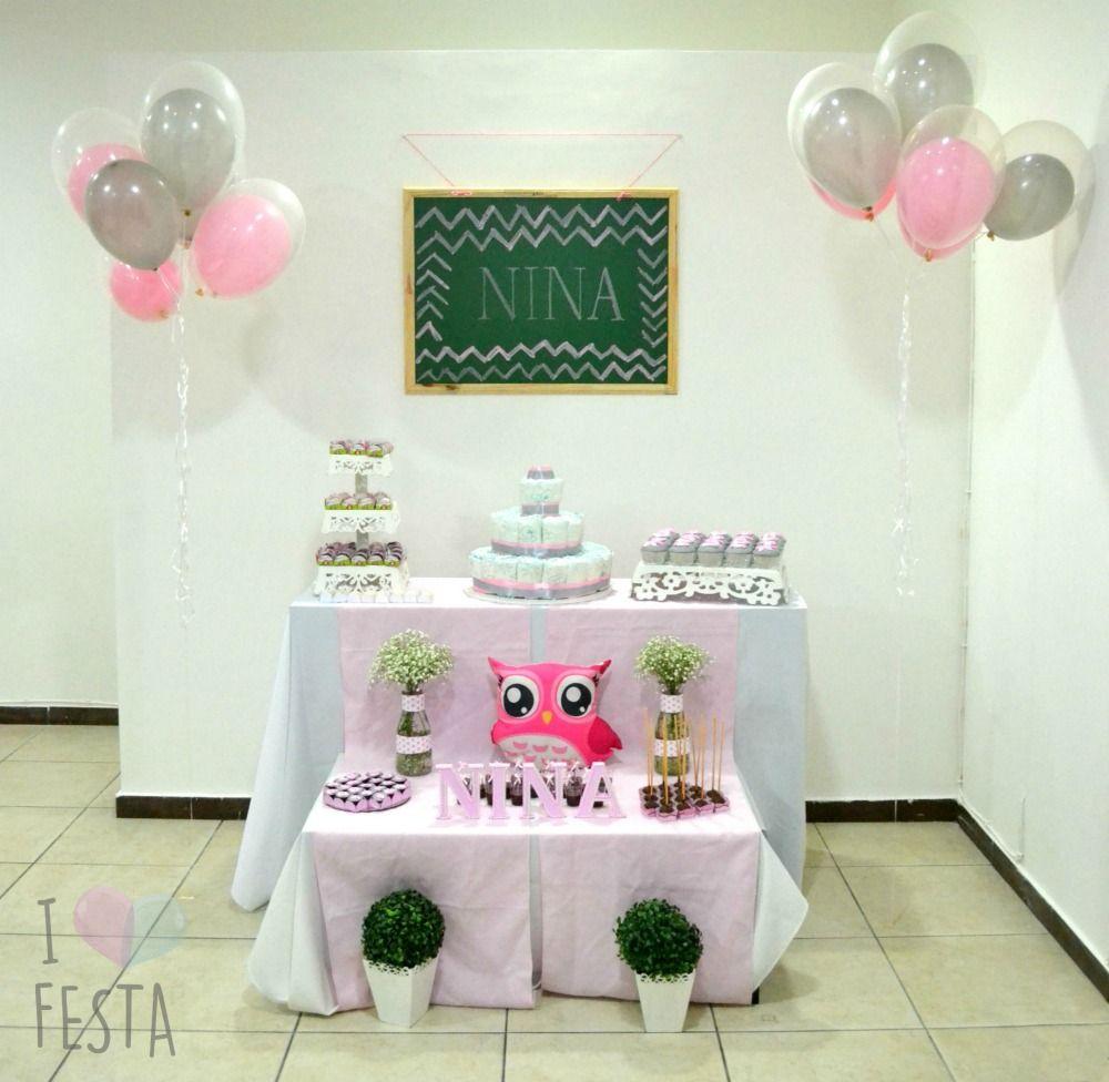 Decoração de chá de bebê rosa e cinza: mesa com bolo de fralda, kit provençal mdf, corujinha, balões e docinhos. Créditos: I Love Festa.