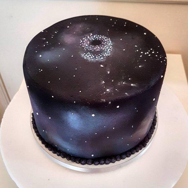 Galaxy Cake: bolo lindo do Bolos da Cíntia (contato@bolosdacintia.com) para o mesversário do filho da Lia Camargo.