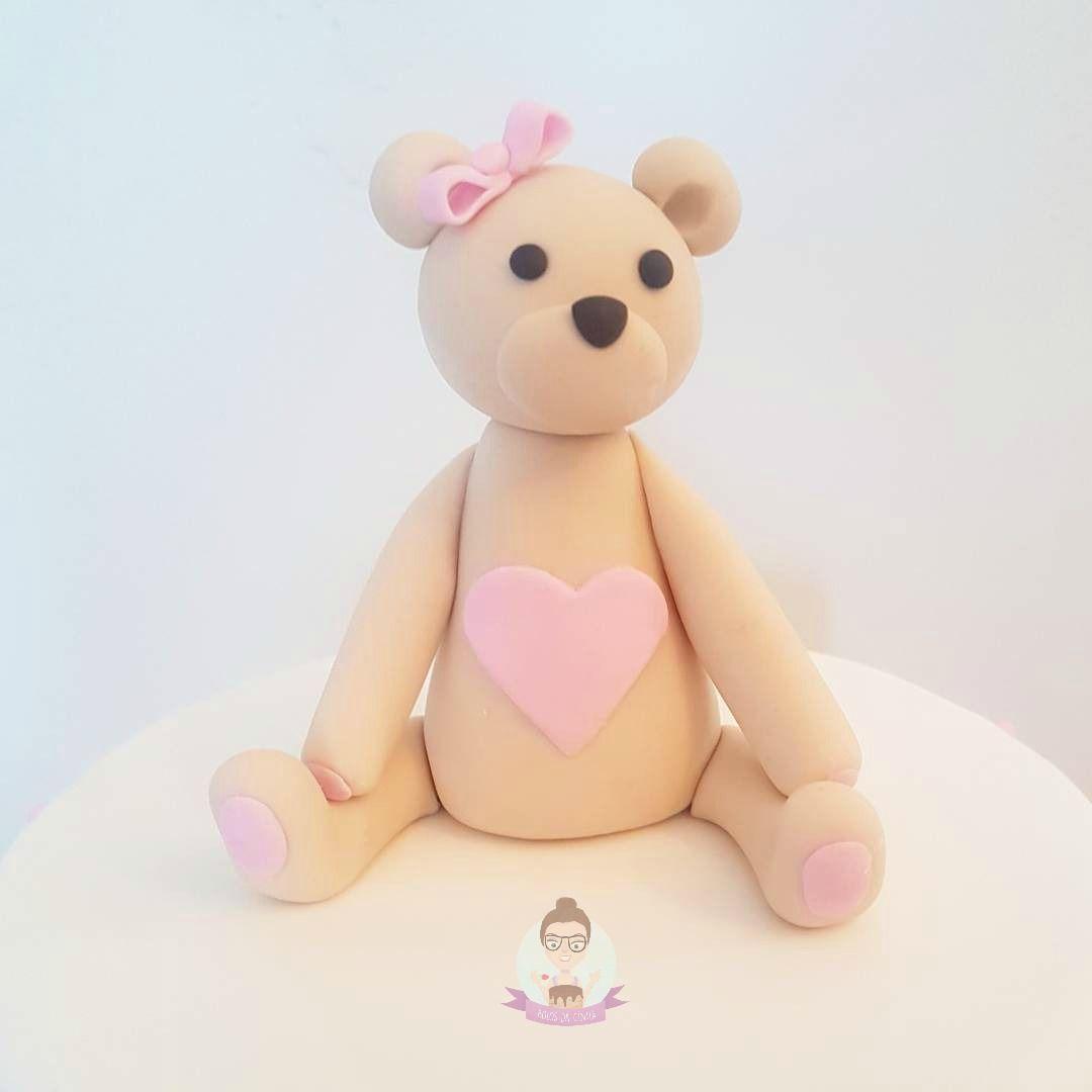 Topo de bolo de chá de bebê: bolo de ursinha em rosa e branco com bolinhas para a sobrinha da youtuber Dri Paz. Feito por: Bolos da Cíntia.