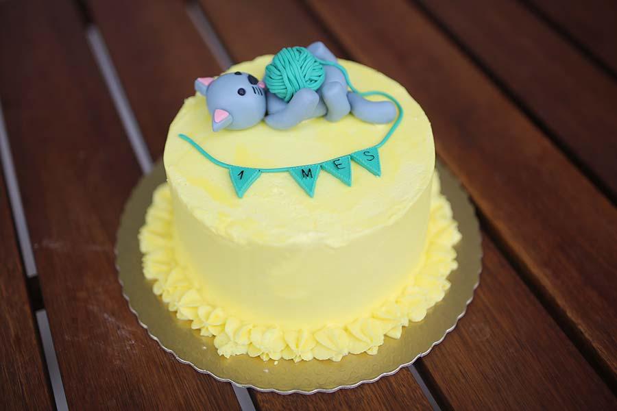 Bolos de mesversário do bebê da Lia Camargo, Fefê. Bolo de 1 mês, tema gatinho. Por Bolos da Cíntia.