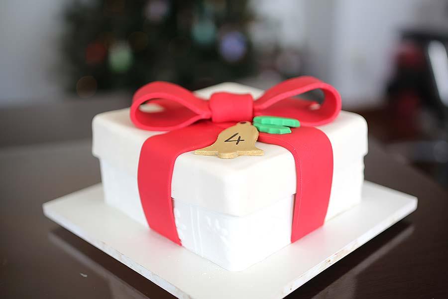 Bolo de mesversário de 4 meses do bebê da Lia Camargo: tema caixa de presente de Natal