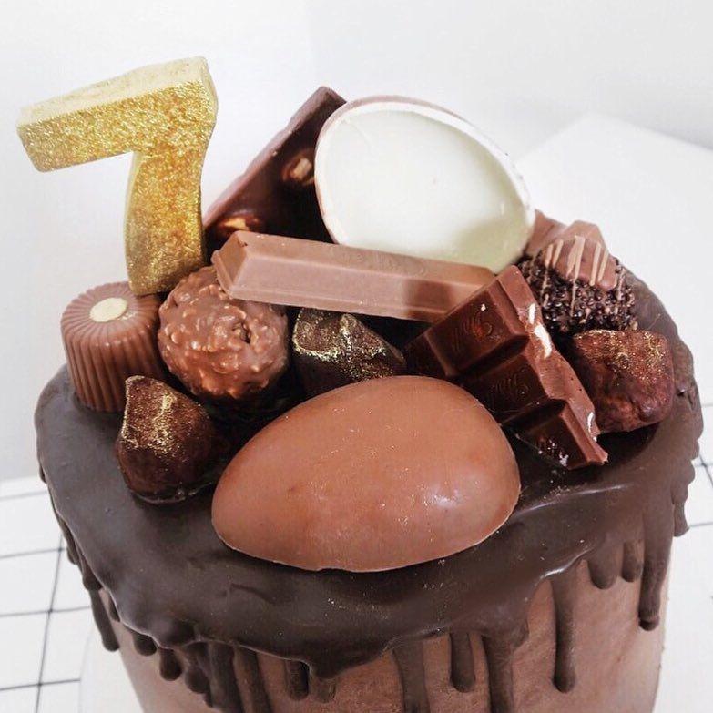 Bolo de mesversário de 7 meses do bebê da Lia Camargo: Chocolate Drip Cake