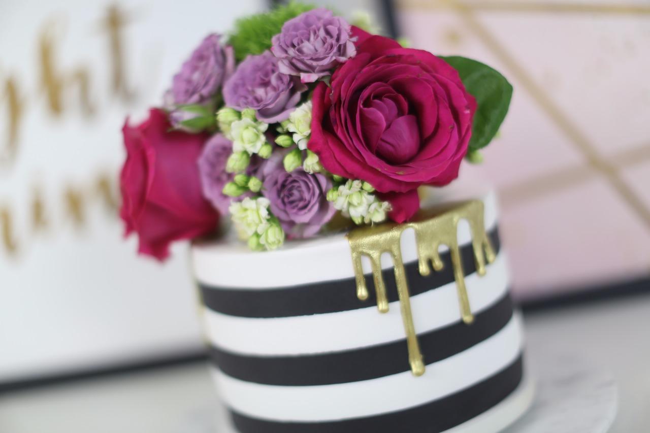 Bolo floral para o aniversário da Lia Camargo por Bolos da Cíntia.