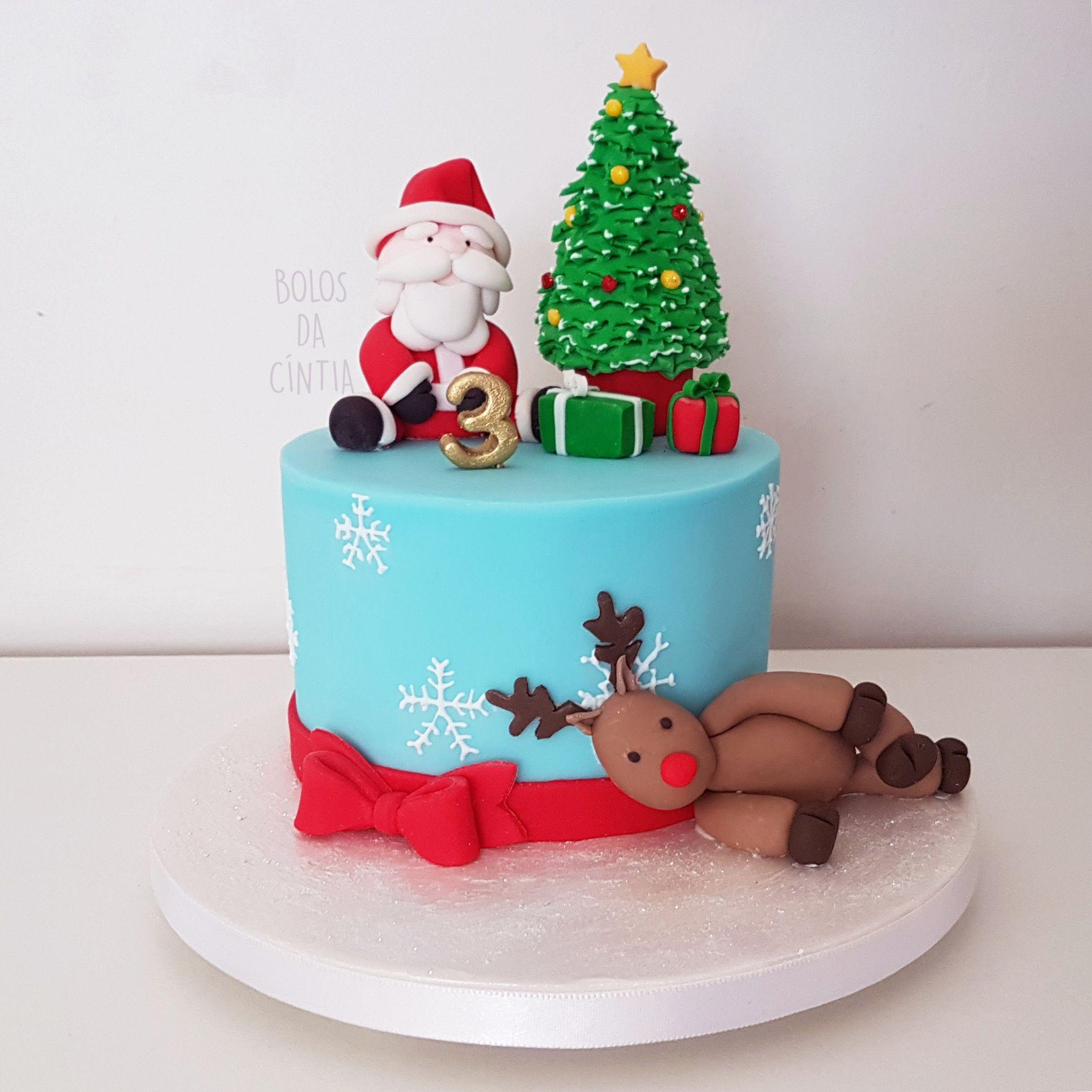 Bolo de Natal em pasta americana com papai Noel, rena, árvore de Natal e fita vermelha por Bolos da Cíntia. Foto: Cíntia Costa.