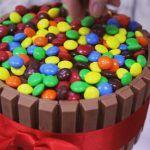 Receita de bolo KitKat, M&Ms e Nutella feito por Cíntia Costa ( www.cintiacosta.com )