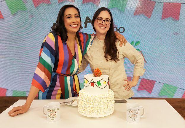Cíntia Costa ensina bolo de paçoca para festa junina/São João no programa Bem da Terra na Band Internacional.