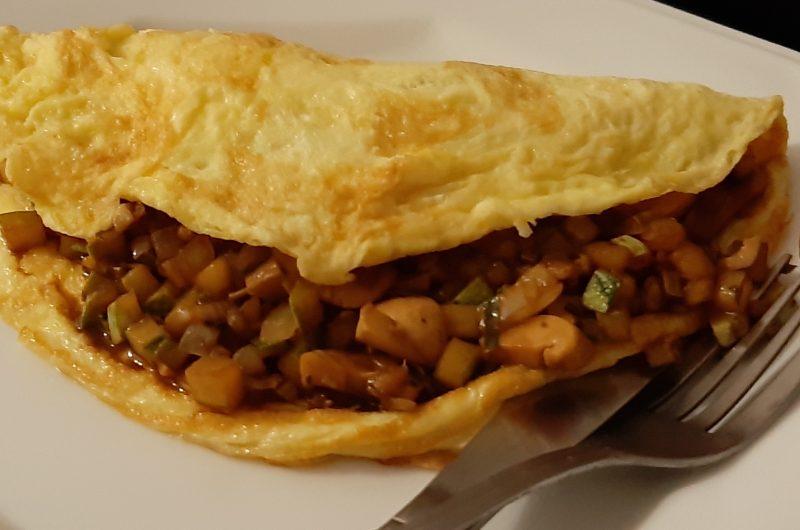 Omelete com recheio de abobrinha, champignon e cebola ao shoyu